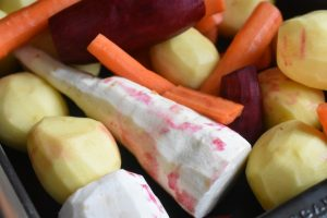 Glaseret skinke på bund af bagte rodfrugter - nemt og lækkert