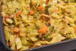 Hvidkål i fad med karry, bacon og gulerødder - nemt og lækkert