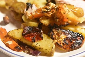 Græske kartofler med feta, peberfrugt, rødløg og timian