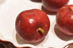 Bagte æbler med mandler, farin og kanel - nemt og lækkert
