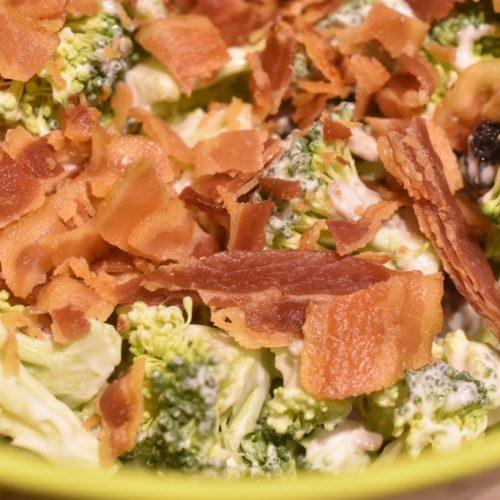 Broccolisalat – den bedste salat med broccoli og bacon