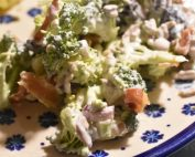 Broccolisalat - opskrift med bacon og broccoli