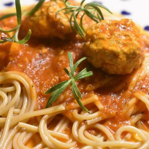 Kødboller i tomatsovs – en nem, lækker og smagfuld ret