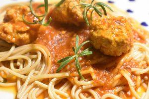 Kødboller i tomatsovs - en nem, lækker og smagfuld ret