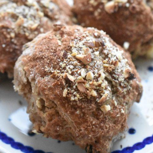 Julescones – nemme scones med julekrydderier, marcipan og rosiner