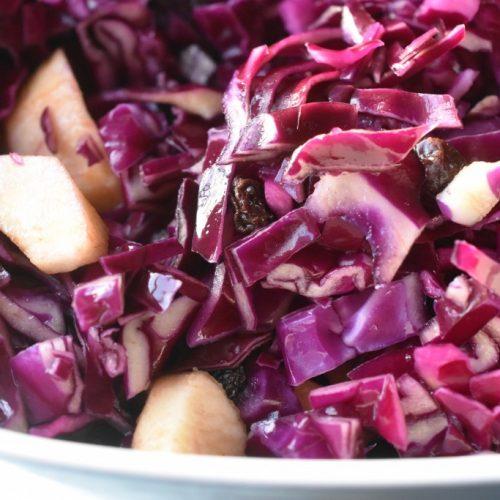 Rødkålssalat med appelsinsaft, æbler og rosiner - frisk og nem
