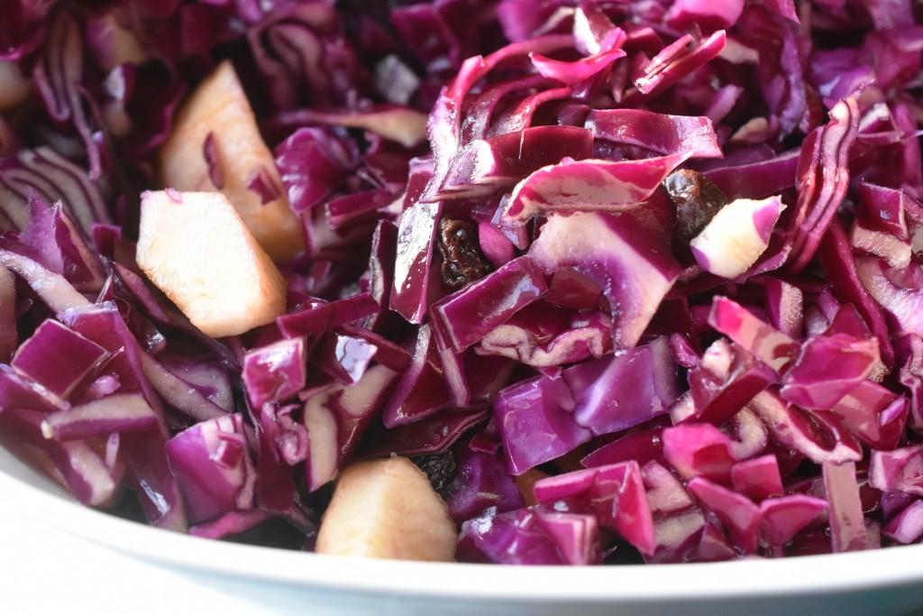 Rødkålssalat med appelsinsaft, æbler og rosiner