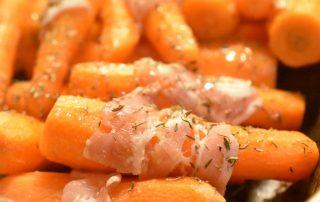 Bagte gulerødder med bacon, timian og akaciehonning - SÅ lækre