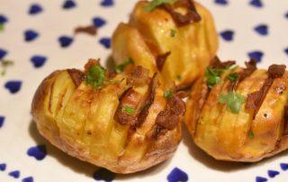 Hasselback kartofler med bacon - sprøde og fyldt med smag
