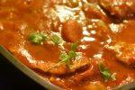 Koteletter i tomatsauce med bacon og timian - en nem og lækker ret