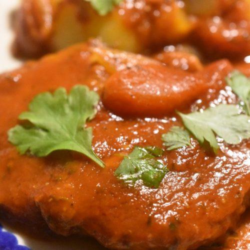 Koteletter i tomatsauce med bacon og timian – en nem og lækker ret
