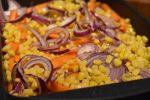 Bagt kylling i baconsvøb - med grøntsager, karry og kokosmælk