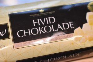 Kage med hvid chokolade & kirsebær opskrift