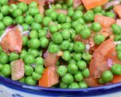 Ærtesalat med tomater og rødløg - frisk og nem at lave