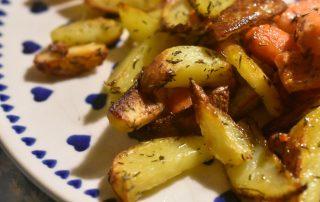 Kartofler og gulerødder med timian - stegt i ovn. Så lækre