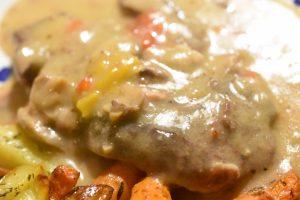 Steaks i crockpot i flødesauce med bacon, løg og peberfrugt