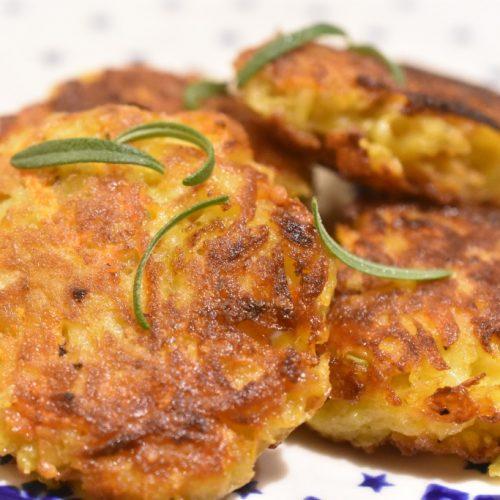 Rösti med kartofler, gulerødder og cheddar – nem og lækker opskrift