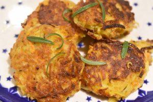 Rösti med kartofler, gulerødder og cheddar - nem og lækker opskrift