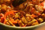 Paprikagryde - nem opskrift med svinekød, bacon og pølser