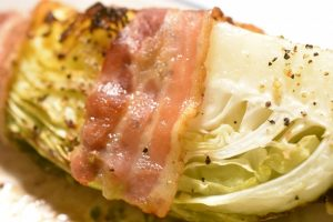 Spidskål med bacon - stegt i ovn eller på grill. Nemt og lækkert
