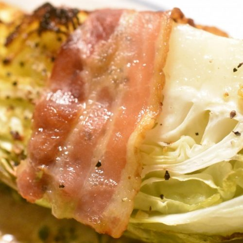 Spidskål med bacon – stegt i ovn eller på grill. Nemt og lækkert