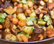Råstegte kartofler og gulerødder på pande