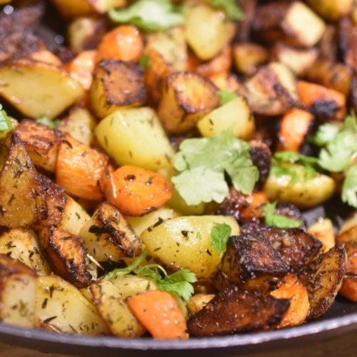 Råstegte kartofler og gulerødder med timian – nem opskrift