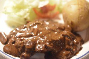 Steaks på pande med flødesauce, løg og champignon