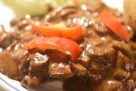 Steaks stegt på pande med flødesauce, løg og champignon