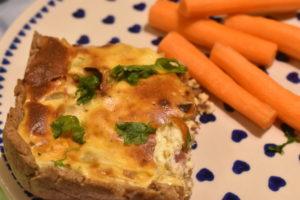 Tærte med løg og bacon - opskrift på grov tærte med rugmel