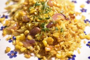 Stegte ris med kylling og karry, majs og rødløg