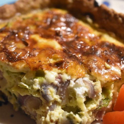 Tærte med porrer, rødløg og bacon og bund af grov tærtedej