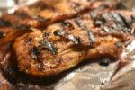 Grillet svinebryst i sød, krydret marinade - nemt og lækkert