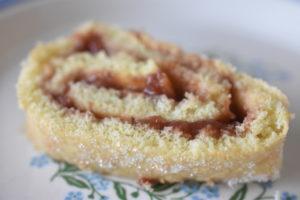 Hjemmelavet roulade med syltetøj - en nem og lækker kage