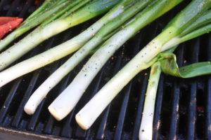 Forårsløg på grill -  lækre grillede forårsløg