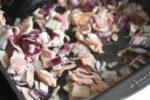 Spidskål med bacon og ærter - på sauterpande