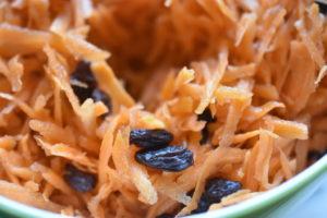 Gulerodssalat med rosiner og citronsaft - nem opskrift