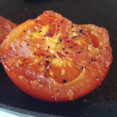 Tomater stegt på panden med krydderi - nem opskrift