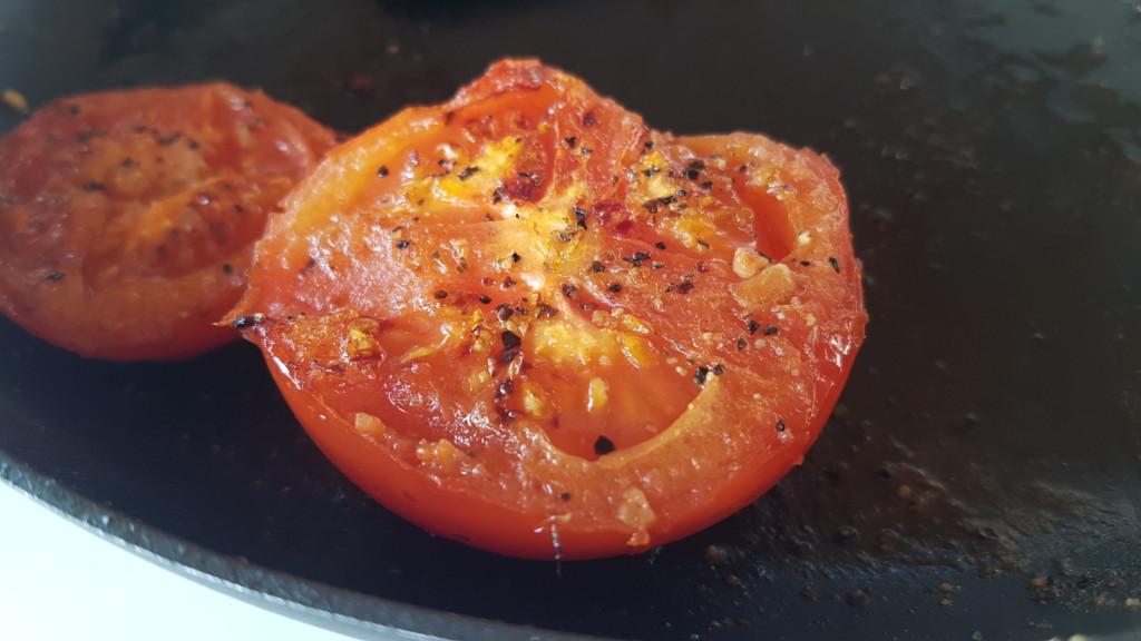 Tomater stegt på panden - med krydderi
