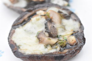 Grillede portobellosvampe med ost, hvidløg og timian
