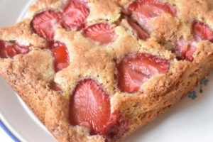 Kage med jordbær og makroner - nem og lækker opskrift