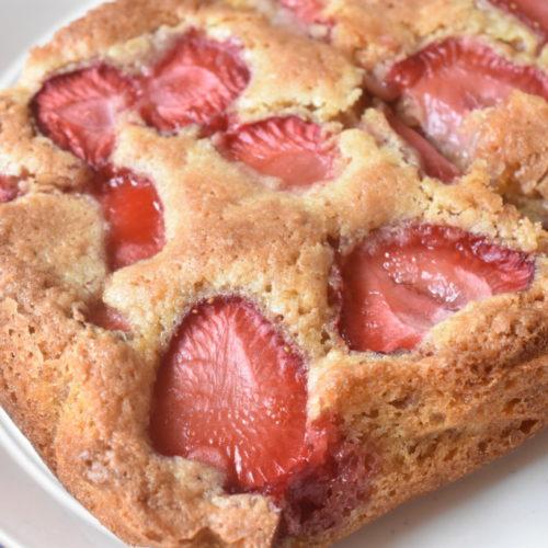 Kage med jordbær & makroner - lækker makronkage