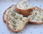 Brød med hvidløgssmør - gratinerede hvidløgsbrød