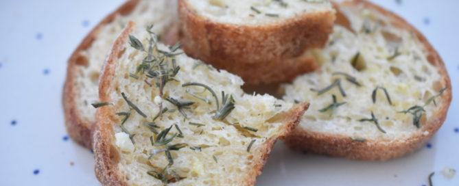 Brød med hvidløgssmør og rosmarin - gratinerede hvidløgsbrød