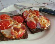 Bruschetta opskrift med ost og tomat - i ovn