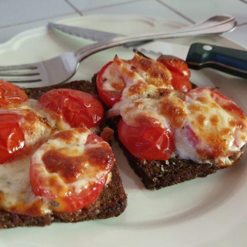 Bruschetta med tomat i ovn - nem opskrift på rugbrød