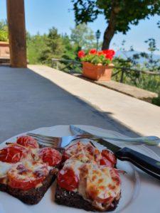 Bruschetta med tomat og ost - nem opskrift på rugbrød