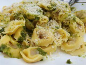 Tortellini med grøn pesto og parmesanost