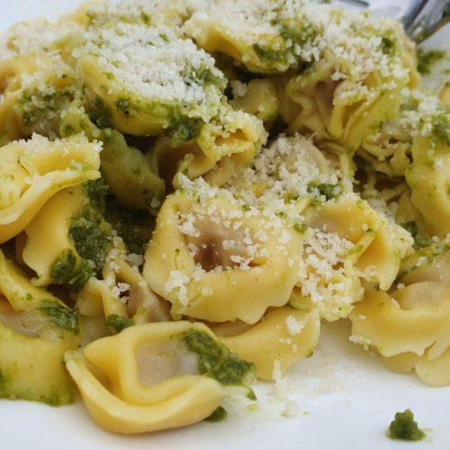 Tortellini med pesto og parmesanost  - nem opskrift