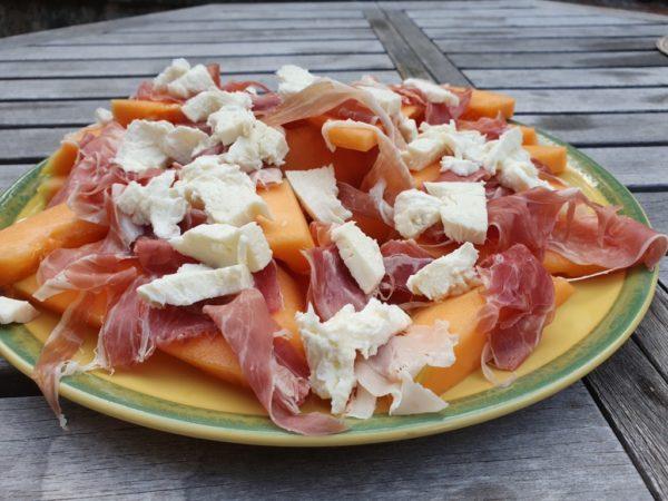 Melonsalat med parmaskinke og mozzarella - nem opskrift